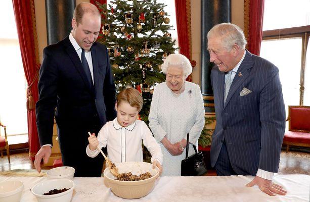 Kuningatar Elisabet valmisti viime viikolla jouluvanukasta neljän sukupolven voimin.