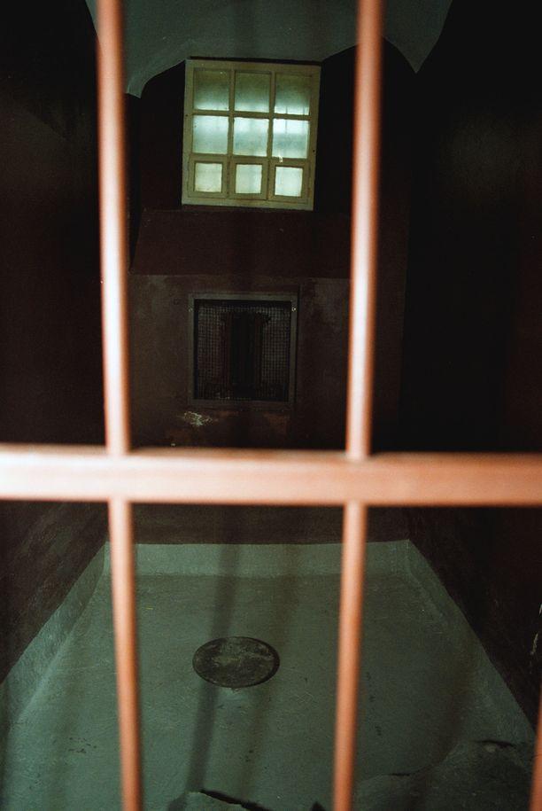 KGB oli tunnettu vakavista ihmisoikeusloukkauksista. Kuva sellistä KGB-museossa Vilnassa Liettuassa. Sellissä ei voinut nukkua, koska lattia peitettiin yli polveen kylmällä vedellä.