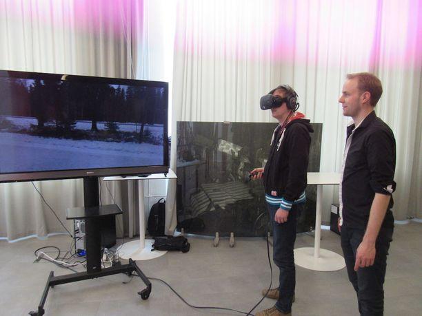 Tesoman murhaan eläydytään 3D-laseilla, kuvassa Petri Kallio katselee, Mikko Nurmi opastaa.