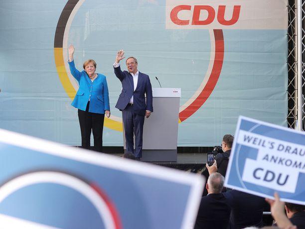 Saksan väistyvä liittokansleri Angela Merkel (vas.) ja hänen seuraajaehdokkaansa Armin Laschet (oik.) kampanjoivat tänään Aachenissa.