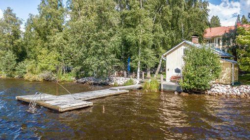 Talo sijaitsee Kirkkojärven rannalla.