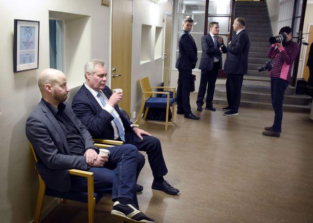 Kittilä-oikeudenkäynnissä todistajina maanantaina kuultavat keskustan entinen kansanedustaja Mikko Kärnä ja SDP:n puheenjohtaja Antti Rinne odottivat oikeudenkäynnin alkua Rovaniemen aluehallintoviraston aulassa. Jo syyskuussa alkanut oikeudenkäynti järjestetään virastotalon juhlasalissa, sillä Lapin käräjäoikeudesta ei löydy tarpeeksi suurta salia liki 30 syytetyn oikeudenkäynnille. Kuvassa taustalla syytettyjen kuntapoliitikkojen lakimiehistä Jari Korhonen ja Kari Uoti.