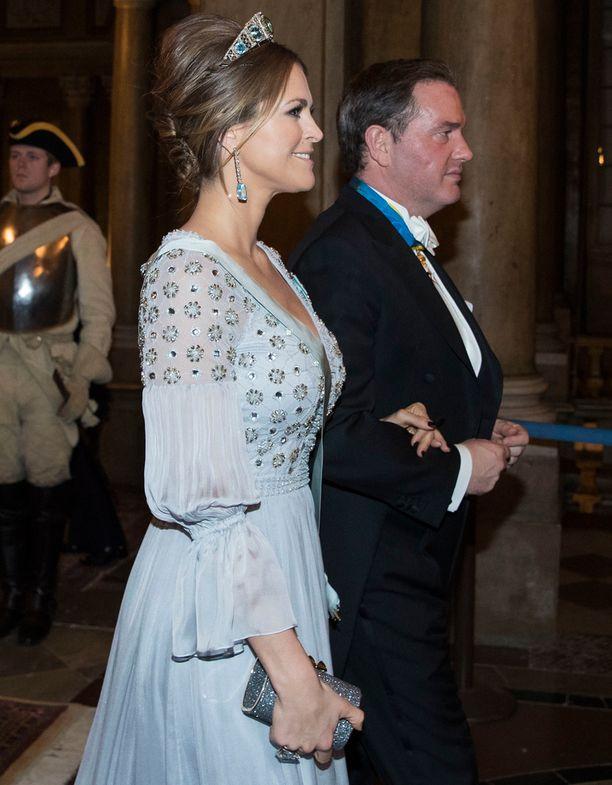 Madeleinen mekossa on paljon yksityiskohtia.