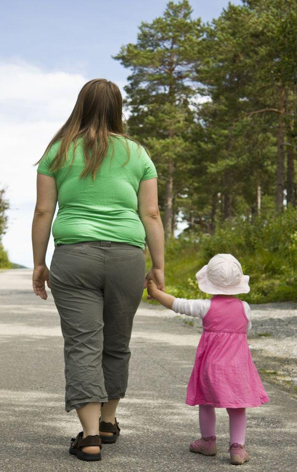 Lapsena saatu ylipaino yleensä pysyy aikuisena. Kuvituskuva.