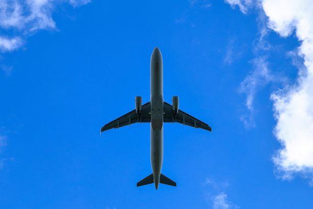 Lentokoneet lentävät jo, mutta mitkä maat päästävät suomalaisia maaperälleen? Kuvituskuva.