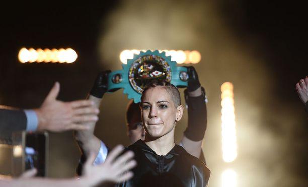Ammattilaisnyrkkeilijä Eva Wahlströmin mielestä amatöörinyrkkeilystä on tullut sääntömuutosten myötä aiempaan mielenkiintoisempaa.