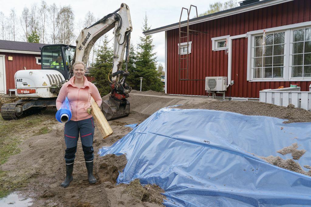 Rovaniemi valmistuu suurtulvaan. Minna Hovi suojaamassa tätinsä Anneli Hovin taloa. Kaivinkoneessa Petri Hovi