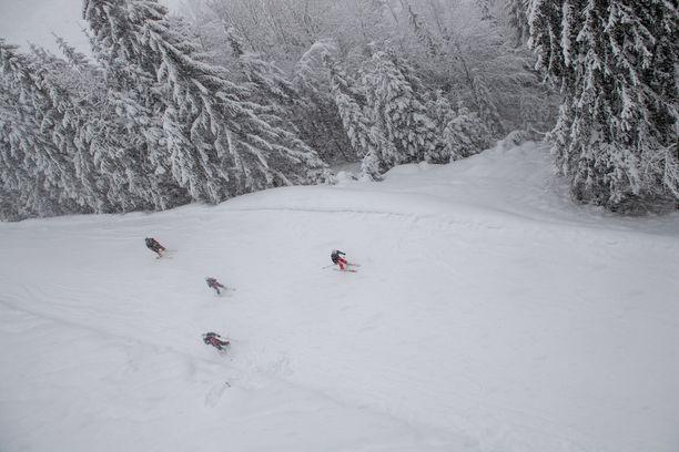 Ihmiset laskettelivat viime viikonloppuna sankassa lumipyryssä Itävallan Loferissa.