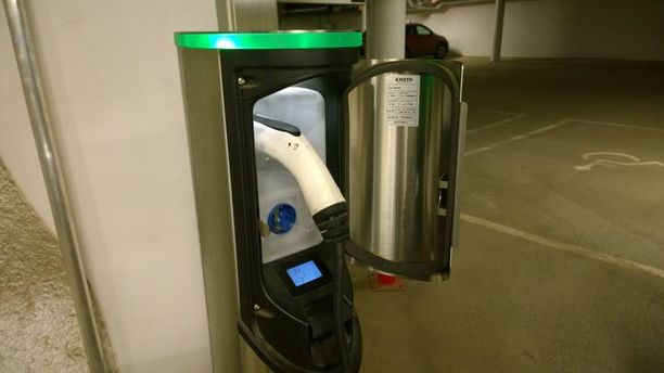 Useimmat latauspisteet ovat kuvassa olevan Enston luukkutolpan kaltaisia. Vihreä valo symboloi sitä, että lataus on valmiina käyttöön.