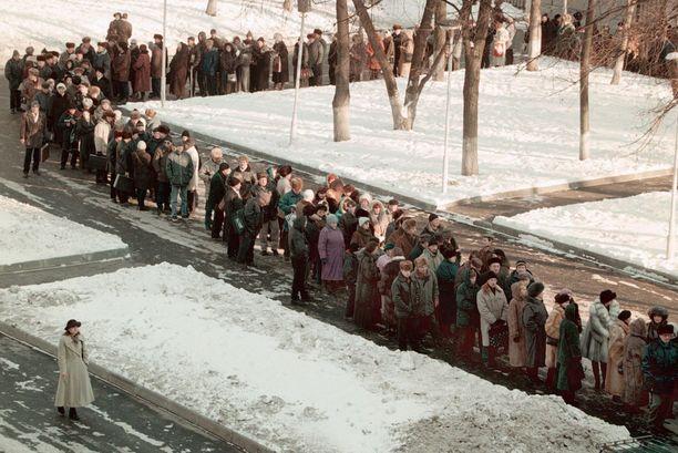 Näin moskovalaiset jonottivat työvoimatoimiston ovella 20 vuotta sitten.