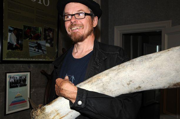 Kirjailija poseerasi Arisman-romaanin julkistamistilaisuudessa Rauman merimuseosta löytyneen valaan luun kanssa.
