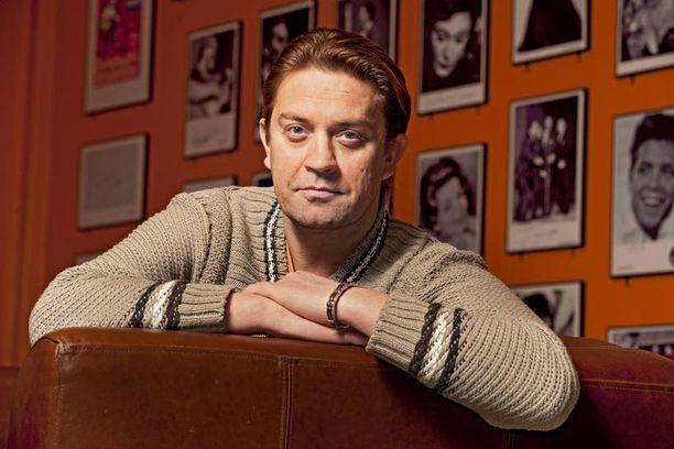 Oskari Katajisto on Suomen tunnetuimpia näyttelijöitä. Hän on tehnyt useita rooleja Helsingin kaupunginteatterissa. Lisäksi hän on näytellyt mm. tv-ohjelmissa Hynttyyt yhteen, Hovimäki ja Tahdon asia.
