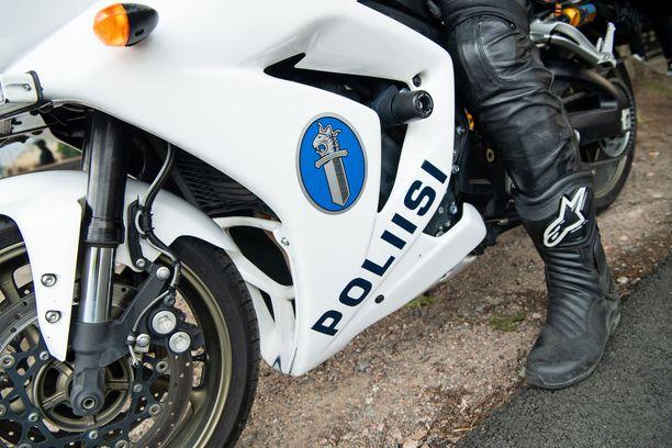Poliisi tutkii moottoripyöräonnettomuutta. Kuvituskuva arkistosta.
