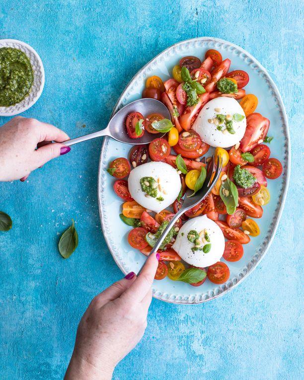 Tomaatti-mozzarellasalaatti on näyttävä ja herkullinen.
