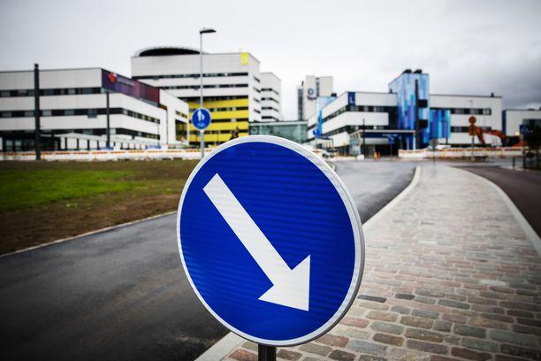 Koronavirus aiheuttaa murhetta Pirkanmaan sairaanhoitopiirin talouteen. Kuva Tampereen yliopistollisen sairaalan pihalta.