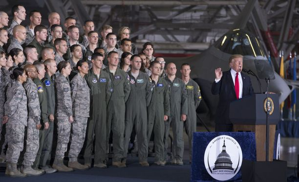 Trump puhuu sotilaille Andrewsin tukikohdassa Marylandissa 15. syyskuuta. Taustalla F-22 Raptor -hävittäjä.