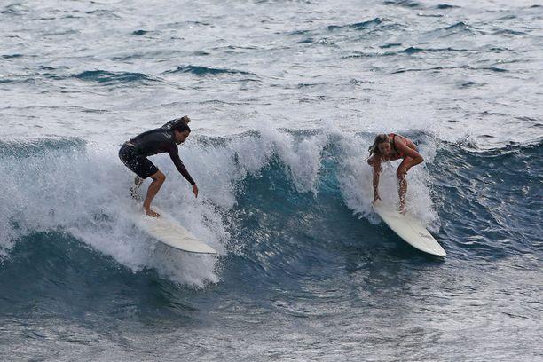 Kiedis ja seuralainen taituroivat näyttävästi surffilaudoilla.