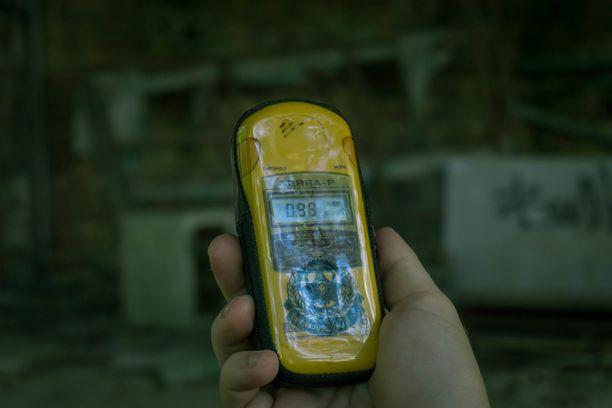 Ydinsäteilyä mitataan geigermittarilla. Kuva on otettu Tšernobylin eristysalueella viime elokuussa.