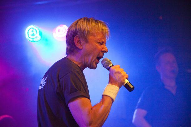 Matti Nykäsen bändikaveri ja ystävä Jussi Niemi, on esittänyt julkisuudessa epäilyn, että väärä mies tuomittiin Tottijärven puukotuksesta. Asiaan tuskin koskaan saadaan selvyyttä.
