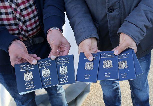 Maahanmuuttovirasto antoi kesällä 2016 ohjeen, jonka mukaan turvapaikanhakijoiden passi tai muu matkustusasiakirja tulee ottaa haltuun, kunnes oleskelulupa on myönnetty tai hakijan maasta poistamispäätös täytäntöönpanokelpoinen. Nyt päätöksestä on annettu huomautus.