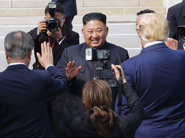 Pohjois-Korean johtaja Kim Jong-un sädehtii tyytyväisyyttä tavatessaan Donald Trumpin sunnuntaina.