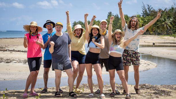 Sanna Pikkarainen (keltaisessa paidassa keskellä) tyrmää podcastissa katsojien harhaluulot siitä, että saarella vain lorvittaisiin.