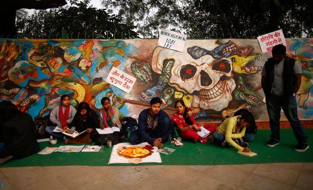 Intialaiset taiteilijat tuomitsivat maanantaina maalaamissaan teoksissa raiskaukset ja muut naisiin kohdistuvat raakuudet.