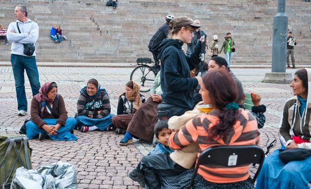 Romanit istuskelivat torilla rauhassa.