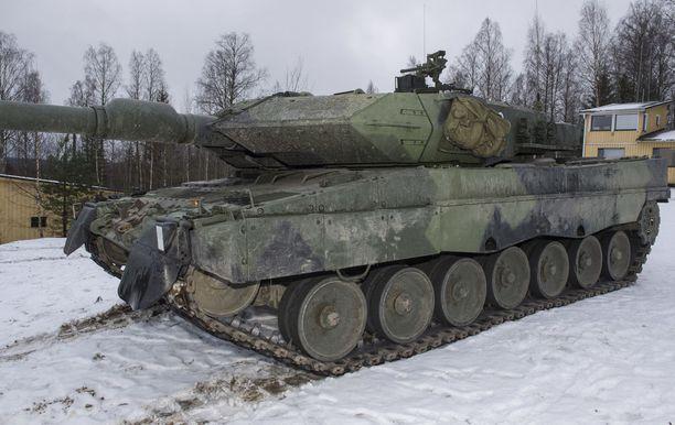 Leopard 2A6 -taistelupanssarivaunut ovat pääkoulutusvälineitä Parolannummella.