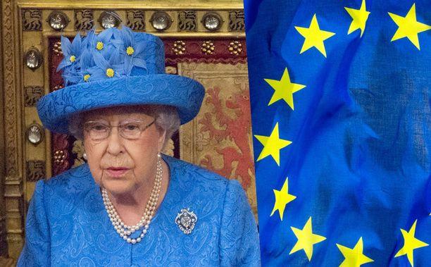 Kuningattaren hatusta voi löytää yhtymäkohtia Euroopan unionin lipun kanssa.