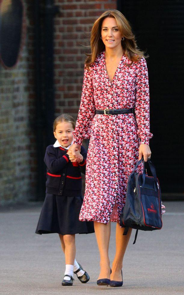 Herttuatar Catherine, 37, on kolmen lapsen äiti. Prinssi Louis on vasta vuoden, eikä tullut perheensä mukaan saattamaan Charlottea ja Georgea kouluun.