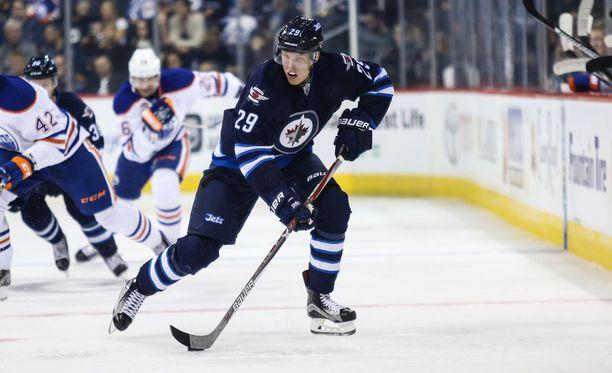 Patrik Laine odottaa NHL-debyytistään voittoa.