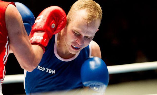 Amatöörinyrkkeilyssä otelaan nykyään ilman kypärää, minkä sai kokea Matti Koota.