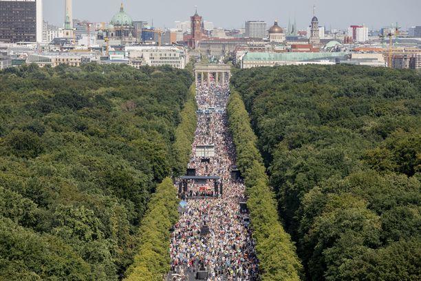 Berliinin mielenosoituksessa ei kunnioitettu turvavälejä.