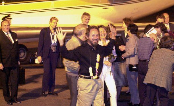 Risto Vahanen Helsinki-Vantaalla 12. syyskuuta 2000, kun Jolon panttivankidraama vihdoin päättyi, ja Vahanen ja Risto Fränti pääsivät vihdoin takaisin kotimaahan.
