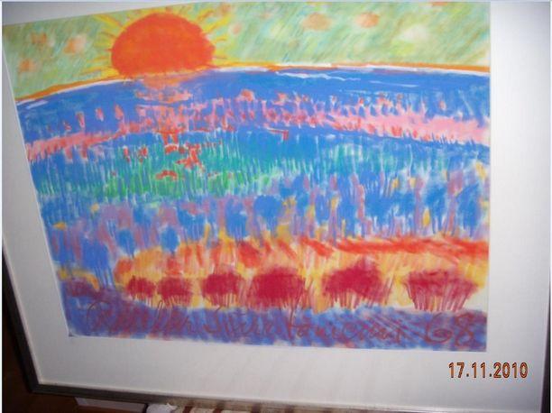 """Reidar Särestöniemi """"Punaisen auringon lasku, sininen vaaramaisema"""", pastellityö. Koko ei ole tiedossa. Alareunassa isokokoinen signeeraus """"Reidar Särestöniemi 68"""""""