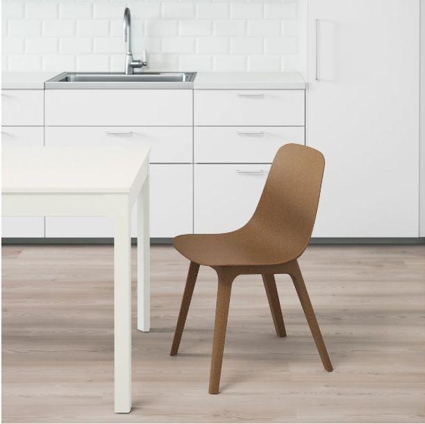 Ikean Odger-tuoli on valmistettu 30 prosenttia uusiutuvasta puusta ja vähintään 55 prosenttia siitä on kierrätysmuovia. Tuli Ikeasta. Hinta 65,