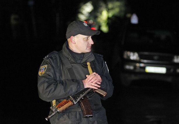 Poliisi seisoi lähellä paikkaa, kossa Amina Okujeva murhattiin maanantaina.