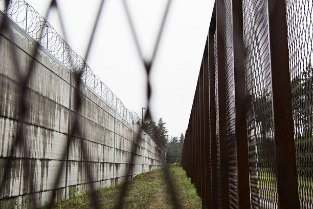 Vangit valittivat oikeusasiamiehelle, koska sellitupakointikiellon myötä voivat Helsingin vankilassa sauhutella ainoastaan päivän kolmen ulkoilutuokion aikana. Kuvituskuva.