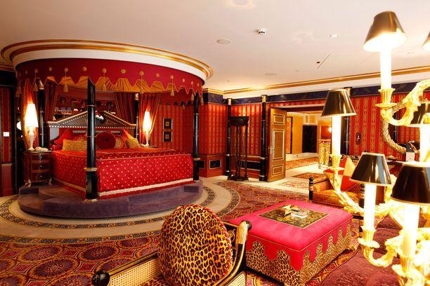 Dubain Burj Al Arab Jumeirah -hotellin sviitti on tunnelmaltaan itämainen.