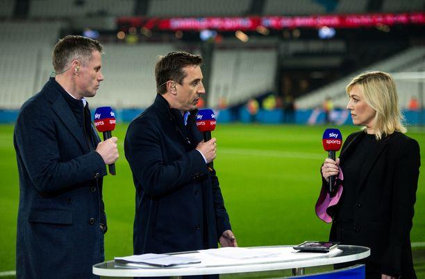 Jamie Carragher, Gary Neville ja Kelly Cates ovat toimiva trio Sky Sportsin lähetyksissä. Kuva helmikuulta West Hamin kotistadionilta.