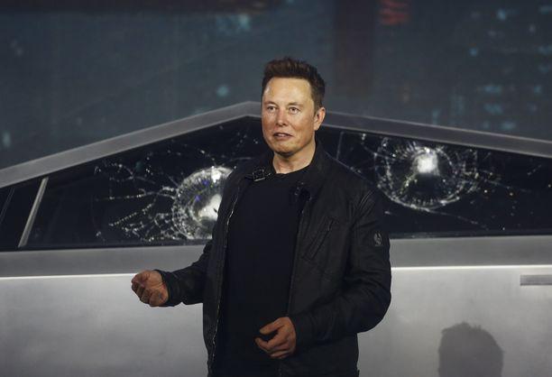 Nolo hetki lavalla. Elon Muskin kiroilu kuului mikrofoneista läpi, kun Cybertruckin ikkunat räsähtivät rikki.
