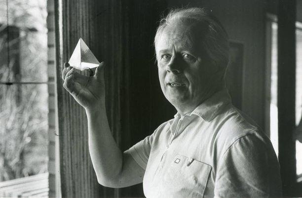 Simo innostui lasitaiteesta 1970-luvun lopulla, mikä oli miellyttävää vastapainoa viihdetyölle. Koristeellinen muotoilu oli tullut tutuksi jo leipomossa.