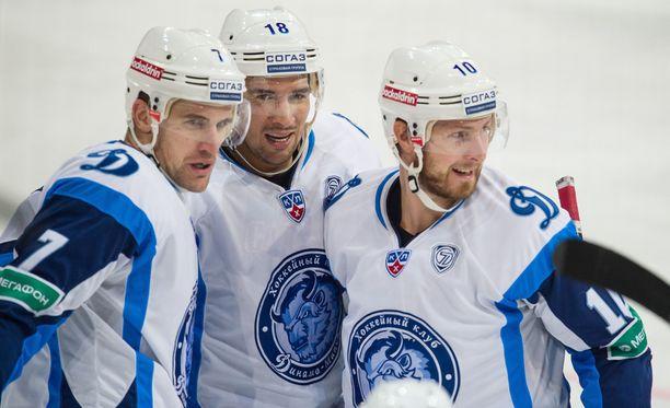 Jonathan Cheechoo (keskellä) oli viime torstaina Helsingin illassa kolmen maalin ja viiden pisteen mies.