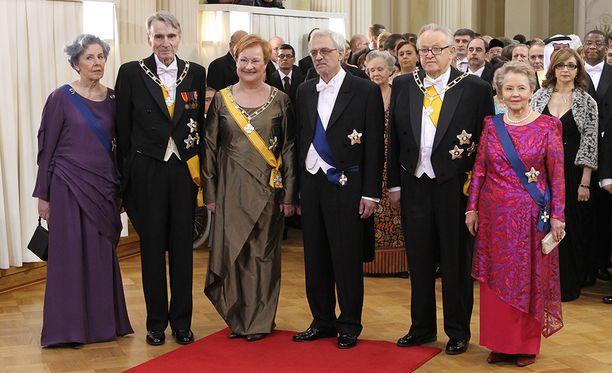 Mauno Koivosto, Tarja Halonen ja Martti Ahtisaari ikuistettiin puolisoineen yhteiskuvaan Linnan juhlissa vuonna 2011.