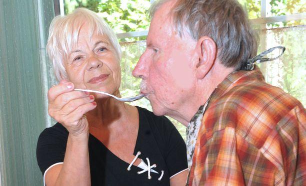 Aira Mäkilän, 72, ei tarvinnut miettiä miehensä Teemu Mäkilän, 75, omaishoitajaksi ryhtymistä hetkeäkään.
