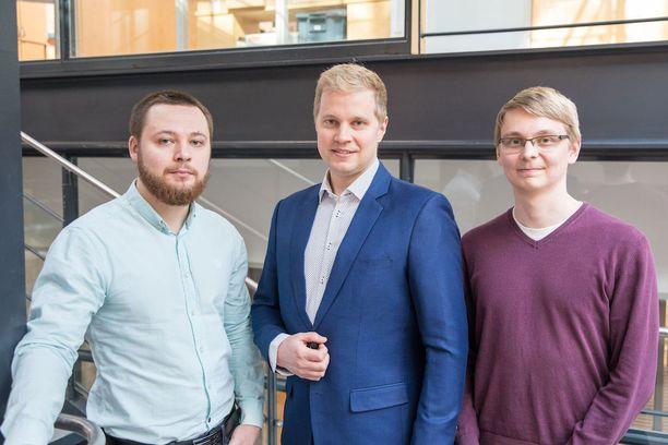 Aalto-yliopistossa työskentelevät monopoliyhteistyön jäsenet Konstantin Tiurev (vas), Mikko Möttönen ja Tuomas Ollikainen.