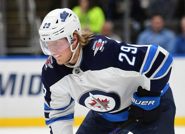 Patrik Laine jätti ottelun kesken Calgary Flamesia vastaan.