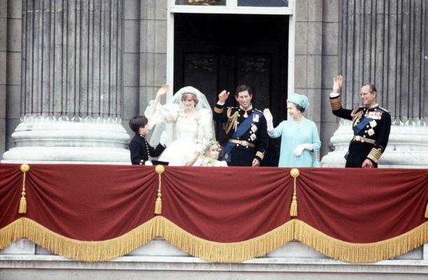 Prinssi Charlesin ja prinsessa Dianan häät keräsi paikalle tuhansia kuninkaallisfaneja.