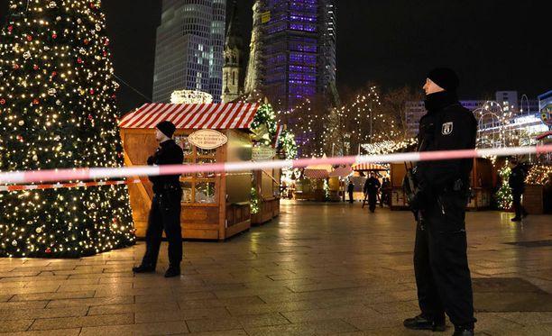 Ainakin yhdeksän ihmistä kuoli joulutorilla Berliinissä.